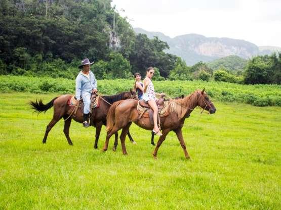 Paseo a caballo en el Mural de la Prehistoria