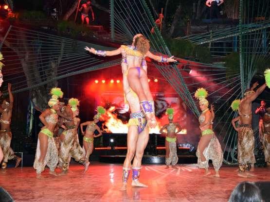 Muestra de la cultura cubana en el espectácilo del Cabaret Tropicana.